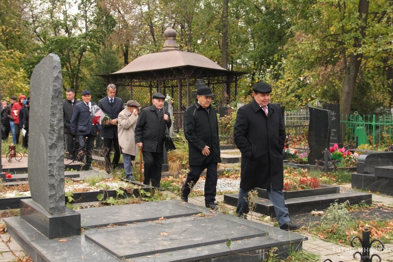 В Казани открыли бюст на могиле первого президента Академии наук РТ Мансура Хасанова